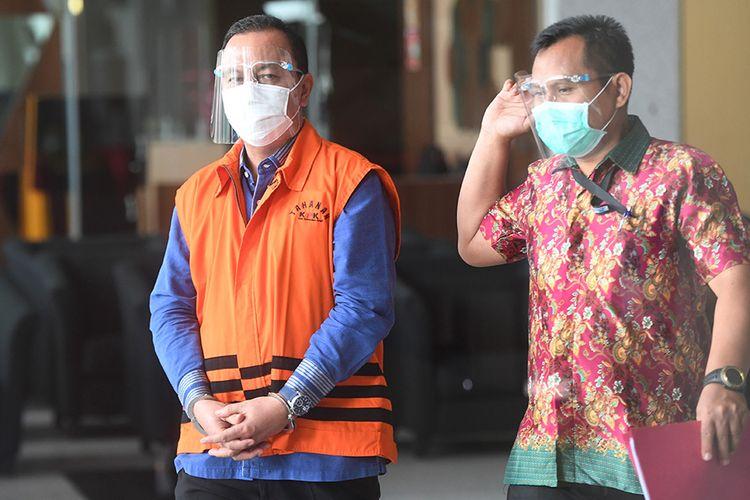 Tersangka Mantan Ketua DPRD Jambi Cornelis Buston (kiri) berjalan keluar usai menjalani pemeriksaan di gedung KPK, Jakarta, Selasa (20/10/2020). Tersangka kasus dugaan suap terhadap anggota DPRD Jambi dalam pengesahan RAPBD Provinsi Jambi Tahun Anggaran 2017-2018 itu berkasnya telah dinyatakan lengkap atau P21 dan diserahkan kepada Jaksa Penuntut Umum (JPU) untuk kemudian disidangkan.