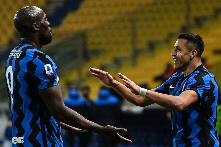 Penyerang Inter Milan Alexis Sanchez (kanan) merayakan gol dengan Romelu Lukaku setelah mencetak gol keduanya dalam pertandingan sepak bola Serie A Italia Parma vs Inter Milan pada 4 Maret 2021 di Stadion Ennio-Tardini di Parma.