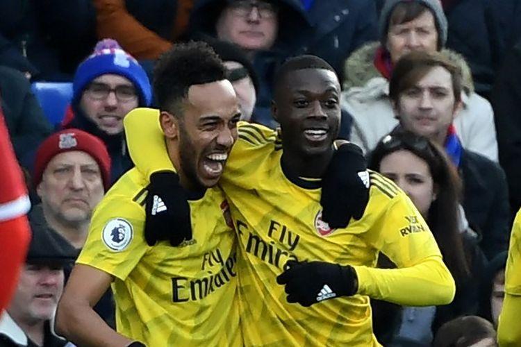 Pierre-Emerick Aubameyang (kiri) dan Nicolas Pepe (kanan) merayakan gol pada laga Crystal Palace vs Arsenal di Stadion Selhust Park dalam lanjutan pekan ke-22 Liga Inggris, Sabtu 11 Januari 2020.