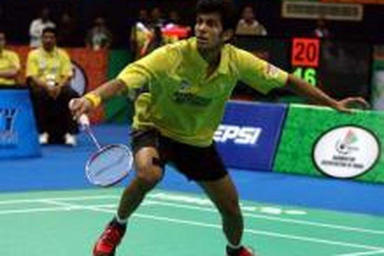Pemain India, Ajay Jayaram, bersiap menerima kok dari pemain Vietnam, Nguyen Tien Minh, pada babak semifinal Indian Badminton League (IBL), Rabu (28/8/2013).