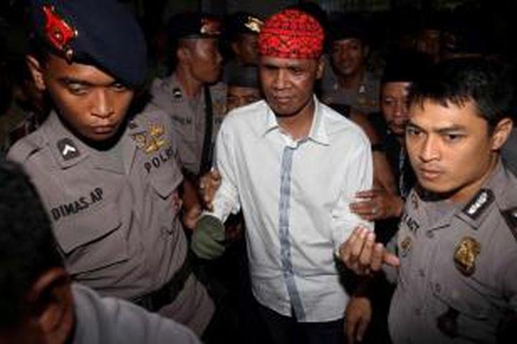 Hercules Rozario Marshal, terdakwa kasus tindak pidana terkait penyerangan terhadap polisi di kawasan Srengseng, 8 Maret lalu, saat menjalani sidang putusan di Pengadilan Negeri Jakarta Barat, Selasa (2/7/2013).