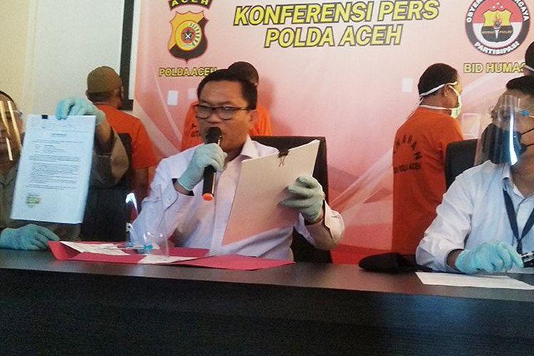 Kepala Bidang Humas Polda Aceh Kombes Ery Apriyono (kiri) didampingi Direktur Reserse Kriminal Umum Polda Aceh Kombes Sony Sanjaya memperlihatkan surat palsu pembangunan rumah duafa di Mapolda Aceh, Banda Aceh, Rabu (2/12/2020).