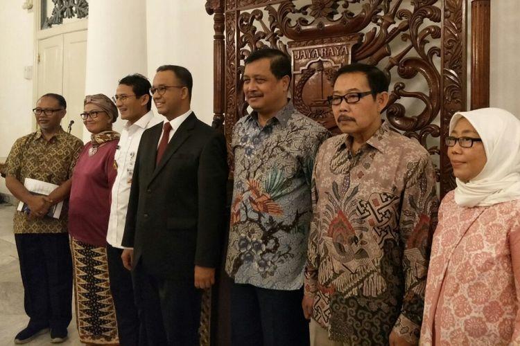 Gubernur DKI Jakarta Anies Baswedan dan Wakil Gubernur Sandiaga Uno bersama lima anggota TGUPP bidang pencegahan korupsj bernama Komite Pencegahan Korupsi di Balai Kota, Rabu (3/1/2018).  Komite ini diketuai oleh Bambang Widjojanto.