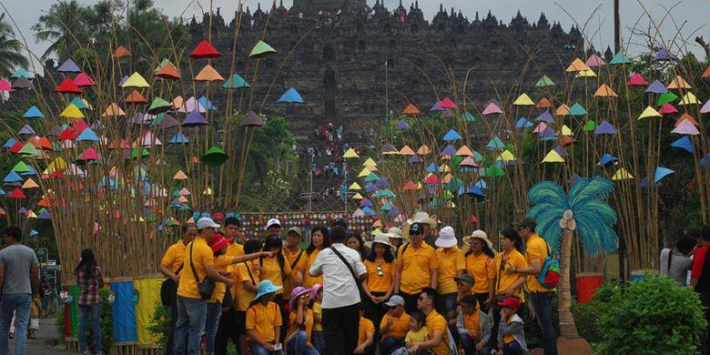 Sejumlah wisatawan berofoto di area seni instalasi bambu di jalan masuk komplek Taman Wisata Candi (TWC) Borobudur, Magelang, Jawa Tengah, Selasa (12/6/2018). Pihak TWC Borobudur menargetkan 356.747 wisatawan selama 12 hari libur Idulfitri 2018 atau naik 7,5 persen naik dari target tahun 2017.