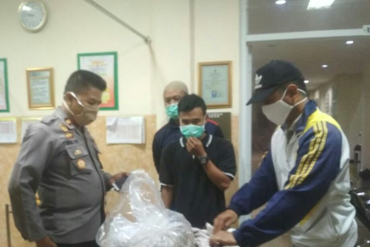 Petugas sedang memeriksa kondisi jenazah bayi yang dibuang ke sungai di wilayah Kecamatan Takokak, Kabupaten Cianjur, Jawa Barat.