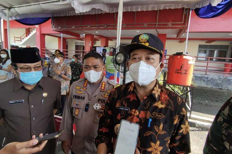 Bupati Banyumas Achmad Husein seusai meninjau sentra vaksinasi Covid-19 untuk lansia di GOR Satria Purwokerto, Kabupaten Banyumas, Jawa Tengah, Rabu (31/3/2021).