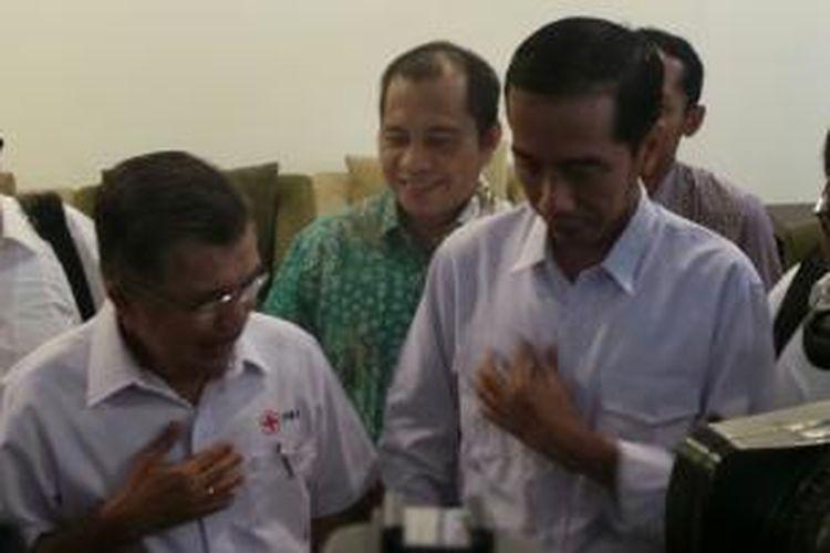 Bakal calon presiden dari Partai Demokrasi Indonesia Perjuangan Joko Widodo (kiri) bertemu dengan mantan Wakil Presiden Jusuf Kalla di Bandara Halim Perdanakusuma, Jakarta, Sabtu (3/5/2014).