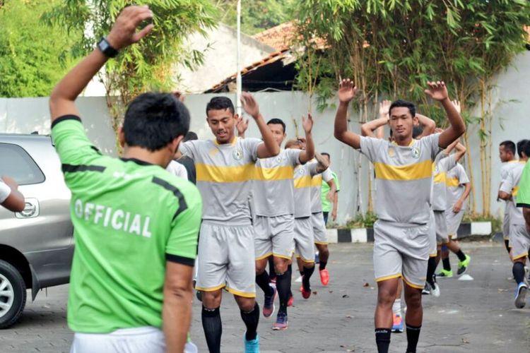 Para pemain PSS Sleman menjalani latihan ringan di hotel jelang laga kontra Persijap Jepara, Selasa (16/5/2017).
