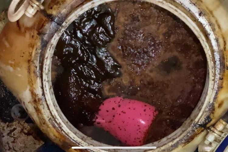 Madu palsu yang dijajakan oleh TM (35). Madu tersebut diproduksi di salah satu rumah kontrakan di kawasan Kembangan, Jakarta Barat. Polisi berhasil menangkap pelaku pada Rabu (4/11/2020).