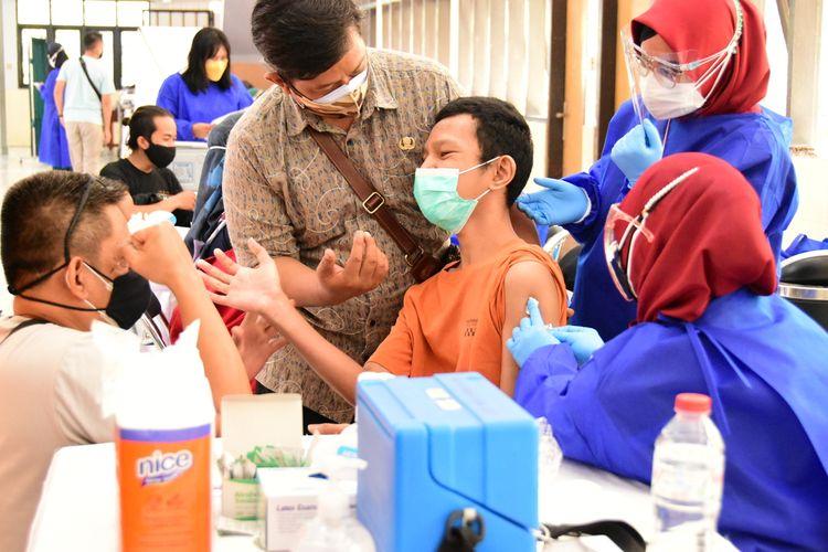 Seorang penyandang disabilitas tengah menerima suntikan vaksin di Wyataguna, Jalan Pajajaran, Kamis (8/7/2021). Kick Off vaksinasi bagi para disabilitas ini menargetkan sebanyak 150 orang difable dan pendampingnya disuntik vaksin.