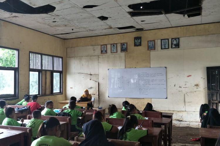 Semangat anak-anak murid SDN Samudrajaya 04 Bekasi di tengah kondisi yang bobrok, Kamis (6/2/2020).