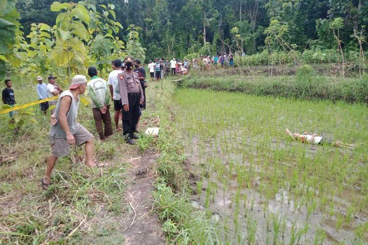 Evakuasi jenazah Pawiro yang tewas di tengah sawah Pedukuhan Pereng, Ngentakrejo, Lendah, Kabupaten Kulon Progo, Daerah Istimewa Yogyakarta.