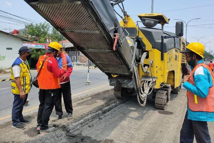 PPK 1.1 Pelaksanaan Jalan Nasional Bina Marga Jawa Tengah, Wisnu Herlambang meninjau perbaikan jalan nasional di jalur Pantura Kota Tegal, Jawa Tengah, Jumat (27/8/2021).