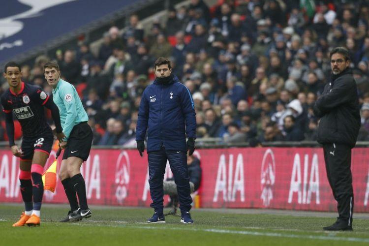 Pelatih Mauricio Pochettino dan David Wagner mengamati laga Tottenham Hotspur vs Huddersfield Town dari tepi lapangan Stadion Wembley, Sabtu (3/3/2018).