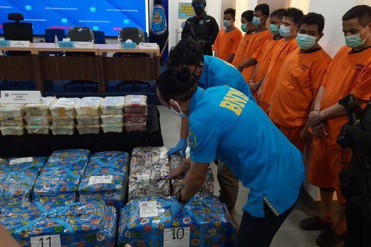 Badan Narkotika Nasional (BNN) menyita barang bukti narkoba jenis sabu-sabu dengan berat 581, 31 kilogram.