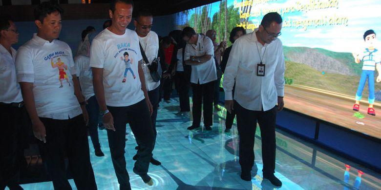 Dirut Taman Wisata Candi (TWC) Borobudur, Prambanan dan Ratu Boko Edy Setijono (kanan) mengunjungi wahana baru Sinema Interaktif Petualangan Raka Samudraraksa di museum kapal Samudraraksa komplek (TWC) Borobudur, Magelang, Jawa Tengah, Selasa (12/6/2018). Wahana baru sinema interaktif yang dikemas secara modern dan edukatif tersebut menayangkan sejarah ekspedisi pelaut Nusantara pada abad ke-8 hingga kapal Samudraraksa terpahat di relief Candi Borobudur dan akan mulai dibuka tanggal 15 Juni 2018.