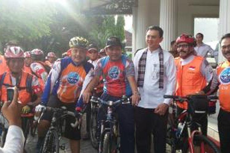 Gubernur Basuki Tjahaja Purnama saat akan melepas tim turing Komite Sepeda Indonesia (KSI) menuju Bandung dari Balai Kota DKI Jakarta, Jumat (24/4/2015)