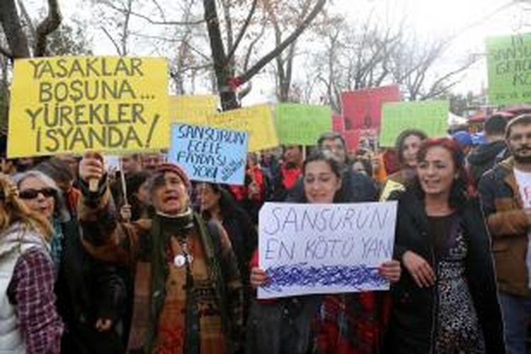Ribuan orang melakukan unjuk rasa antipengawasan internet di Lapangan Taksim, Istanbul, Sabtu (22/2/2014) menyusul berlakunya undang-undang pengawasan internet yang kontroversial.