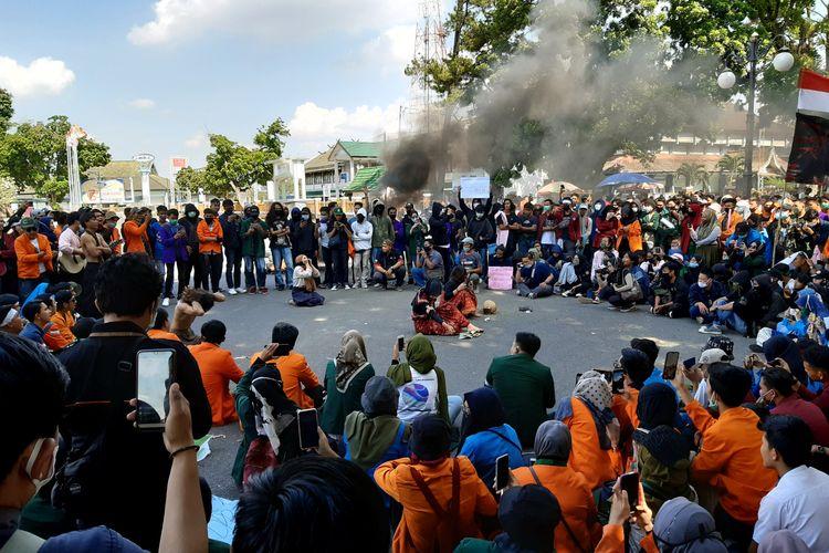 Demonstrasi gabungan mahasiswa dan pelajar mengadakan unjuk rasa menolak Omnibus Law. Mereka sempat melakukan aksi teatrikal, pada Selasa (20/10/2020).