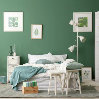 Ilustrasi kamar tidur dengan warna cat dinding hijau.