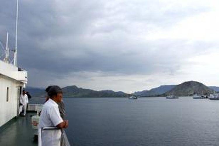 Penumpang Kapal Motor Penumpang (KMP) Mutiara Pertiwi Panjang berdiri di atas dek kapal memandang laut Selat Alas sambil menunggu kapal merapat ke pelabuhan, Kamis (19/3/2015).
