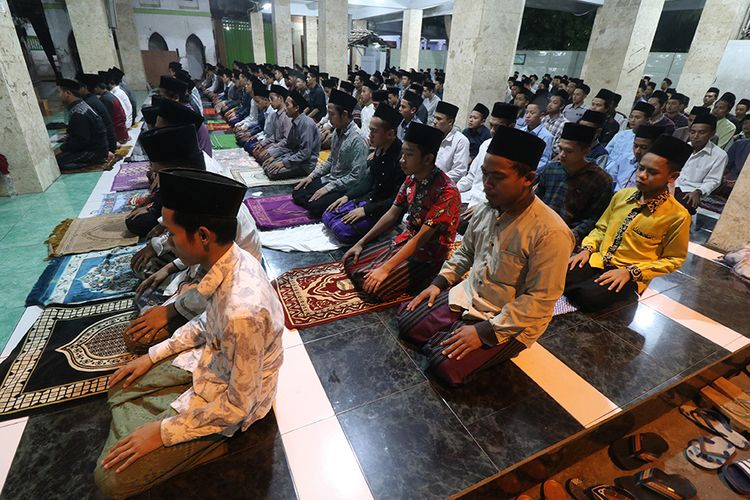 Sejumlah santri melakukan shalat tarawih di pondok pesantren (ponpes) Lirboyo, Kota Kediri, Jawa Timur, Kamis (23/4/2020) malam. Salah satu ponpes terbesar se-Jawa Timur tersebut tetap menyelenggarakan shalat tarawih berjamaah di tengah pandemi COVID-19.