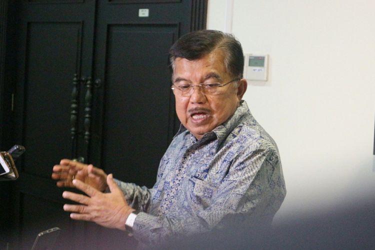 Wakil Presiden RI Jusuf Kalla ketika memberikan keterangan kepada awak media di kantor Wakil Presiden RI, Jakarta, Selasa (13/2/2018).