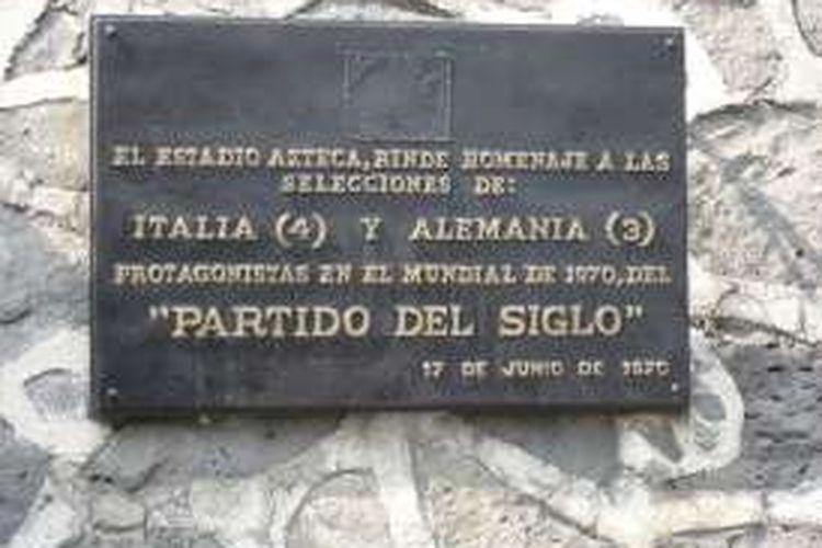 Plakat di depan Azteca, Meksiko, yang bertuliskan bahwa stadion tersebut pernah menggelar pertandingan abad ini antara Italia dan Jerman Barat pada semifinal Piala Dunia 1970.
