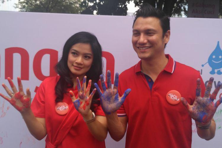 Pasangan selebritas Titi Kamal dan Christian Sugiono saat ditemui dalam sebuah acara penyuluhan kesehatan di kawasan Blok S, Kebayoran Baru, Jakarta Selatan, Senin (15/10/2018).
