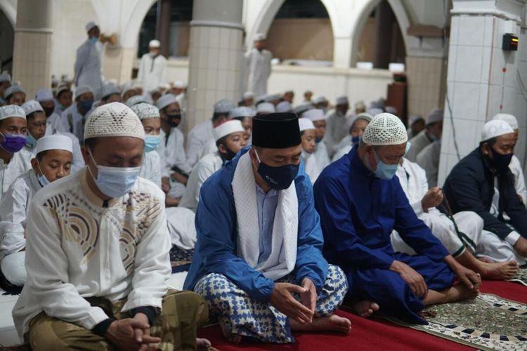 Wakil Bupati Tasikmalaya Deni Rhamdani Sagara, adalah pejabat daerah yang dikenal dengan masa jabatannya paling singkat 42 hari sedang akan berjamaah sholat subuh di salahsatu masjid bersama masyarakat, Senin (8/3/2021).