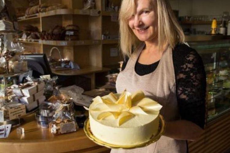 Jelenc Darja membawa kue cokelat putih bernama 'Melanija'.