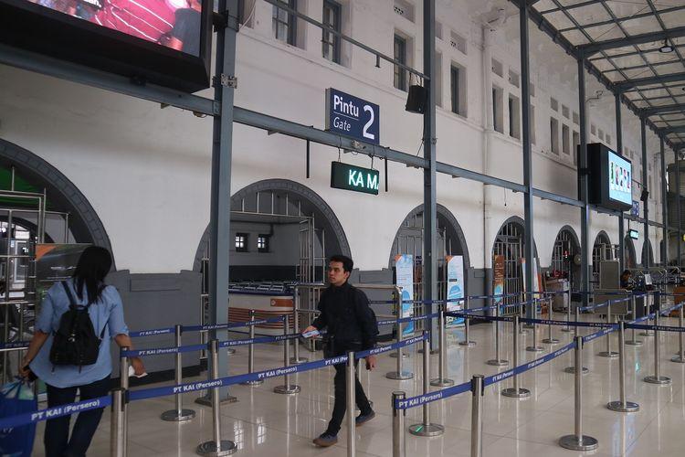 Proses boarding, penumpang menuju petugas stasiun yang akan mengecek identitas dan tiket kembali.