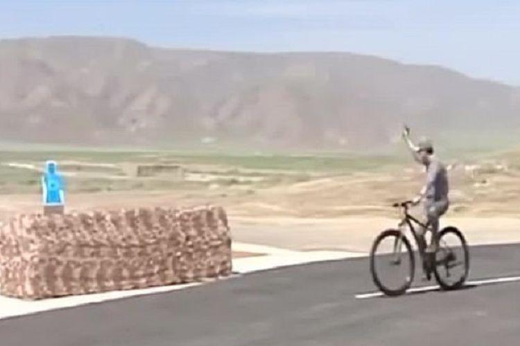 Presiden Turkmenistan Gurbanguly Berdimuhamedow menunjukkan kebolehannya menembak sambil naik sepeda dalam inspeksi ke markas militer Kamis (13/6/2019).