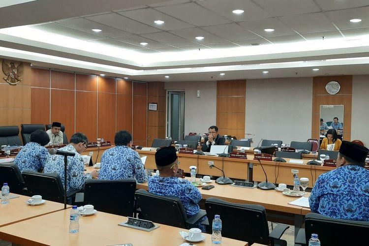 Rapat Komisi B DPRD DKI Jakarta bersama Dinas Pariwisata dan Kebudayaan terkait pemberian penghargaan Adikarya Wisata 2019, di ruang rapat Komisi B, Gedung DPRD DKI, Senin (23/12/2019)