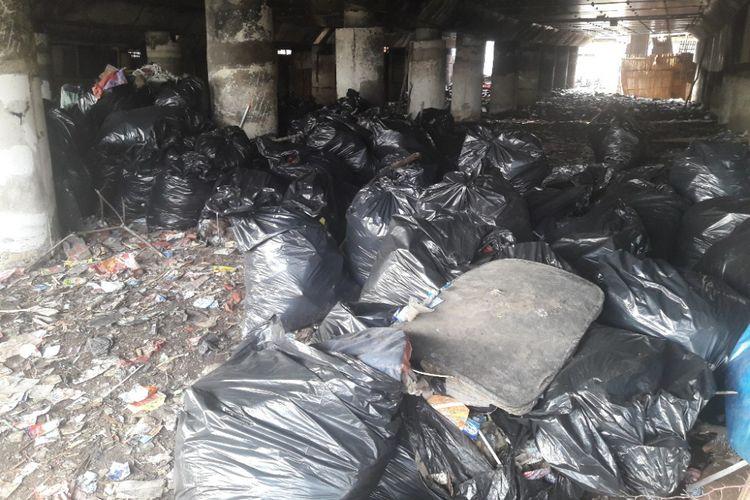 Sampah-sampah yang memenuhi kolong Tol Pelabuhan sudah mulai diangkut pada Kamis (19/4/2018). Terlihat kantung-kantung sampah berukuran besar siap diangkut menuju TPS terdekat.