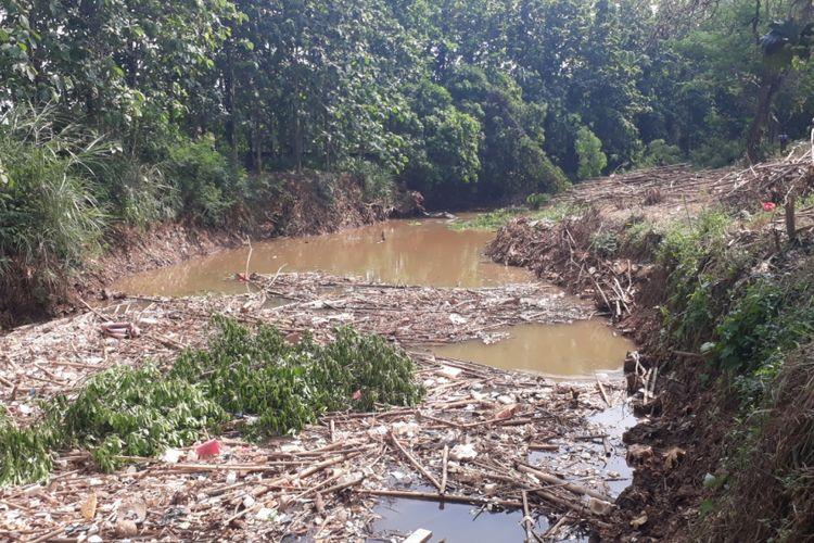 Tampak sampah bambu dan potongan kayu penuhi aliran Kali Cikeas di perbatasan antara Jatiasih, Kota Bekasi dengan Bojongkulur, Kabupaten Bogor, Senin (19/11/2018).