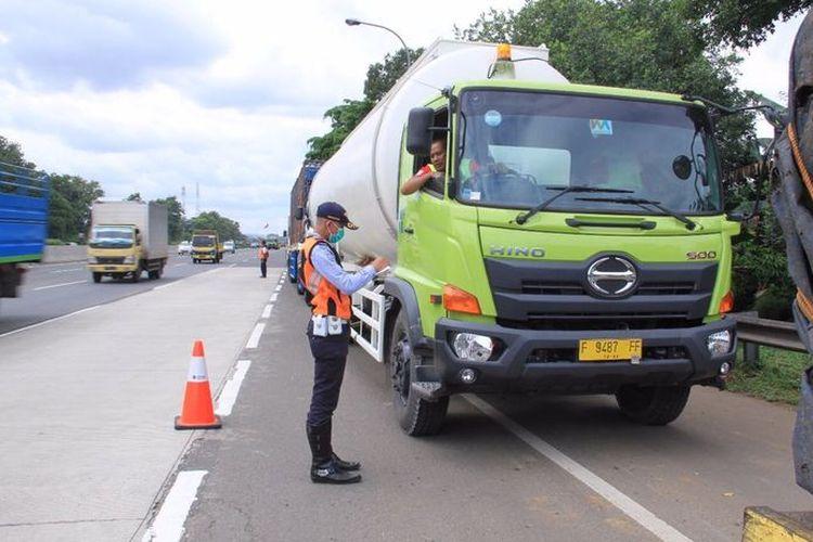 PT jasa marga melakukan pengawasan terhadap kendaraan angkutan barang di jalan tol yang kelebihan muatan
