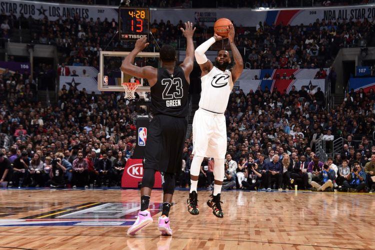 Aksi LeBron James dalam NBA All Star 2018 di Staples Center, Minggu (18/2/2018) atau Senin pagi WIB.
