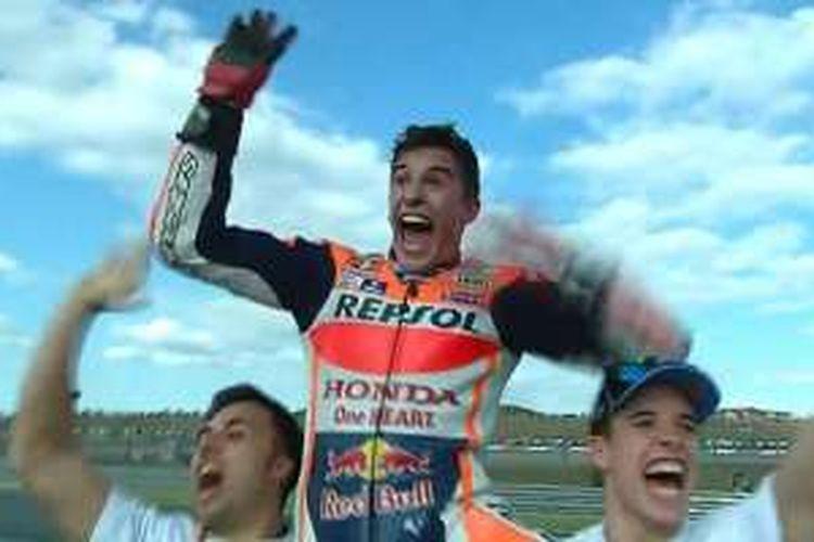 Marc Marquez merayakan gelar juara dunia yang diraih pada GP Jepang tahun ini.