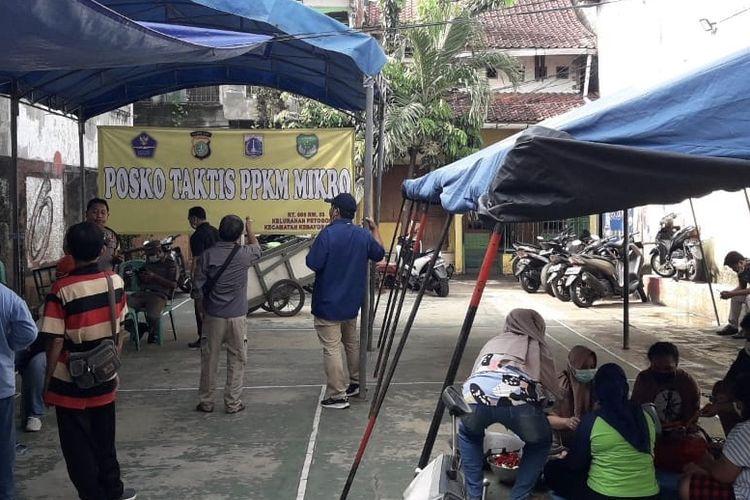 Suasana dapur umum di Jalan Wijaya 1 Gang Langgar RT 006 RW 003, Petogogan, Kebayoran Baru, Jakarta Selatan.