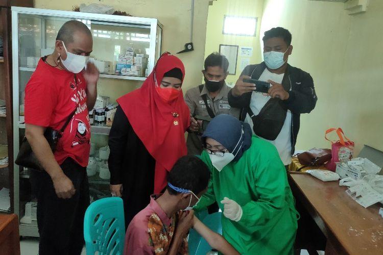 Anggota Komisi IX DPR RI Dewi Aryani menyaksikan penyuntikan vaksinasi Covid-19 bagi ODGJ di Balai Desa Blubuk, Kecamatan Dukuhwaru, Kabupaten Tegal, Sabtu (21/8/2021).