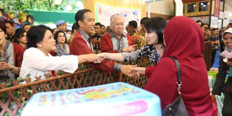 Presiden Joko Widodo (tengah) bersama istrinya Iriana Widodo (kiri) dan Menteri Perdagangan (Mendag) Enggartiasto Lukita (kanan)  meninjau acara Trade Expo Indonesia (TEI) 2017 di Indonesia Convention Exhibition (ICE), Serpong, Tangerang, Banten,  Rabu  (11/10/1017). TEI merupakan pameran dagang terbesar di Indonesia yang akan berlangsung selama lima hari hingga 15 Oktober mendatang.