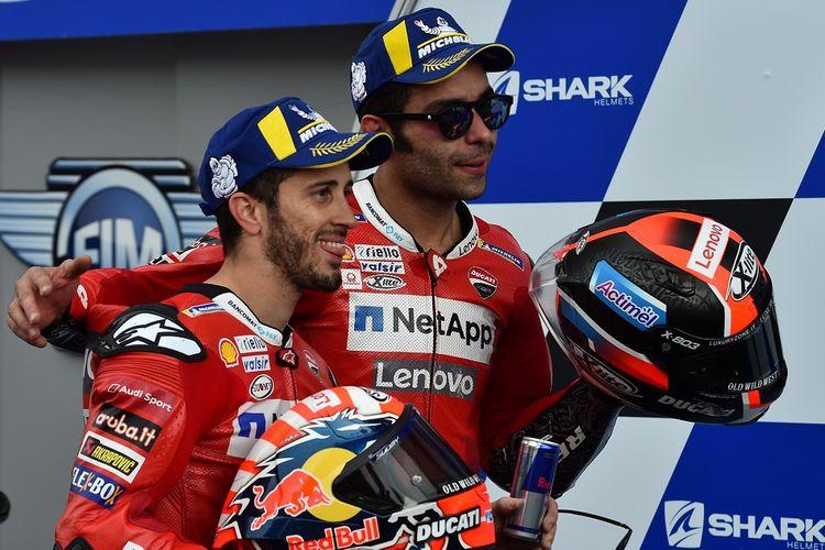 Duo pebalap tim Ducati, Andrea Dovizioso (kiri) dan Danilo Petrucci (kanan), pada MotoGP Le Mans, 19 Mei 2019.