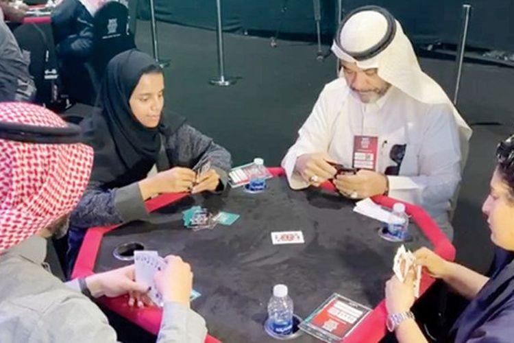 Pemain baloot (kartu) wanita menunjukkan kemampuannya dalam ajang perlombaan kartu di Arab Saudi.