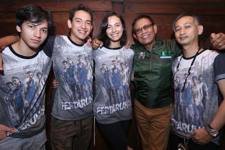 Jefri Nichol (pertama dari kiri), Adipati Dolken (ke 2 dari kiri),  Widika Sidmore (perempuan), Tarzan Srimulat (ke 2 dari Kanan) selaku pemeran, dan Kristho Damar Alam selaku sutradara film Pertaruhan saat berpose di Bentara Budaya Jakarta, Palmerah Selatan, Jakarta, Kamis (2/2/2017).