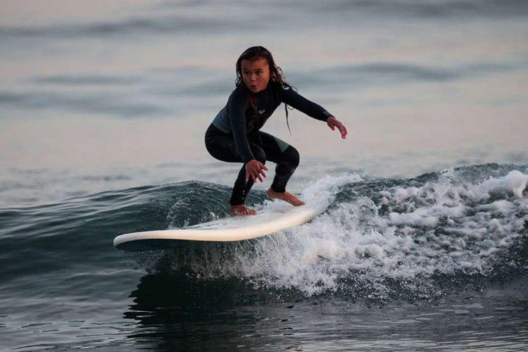 Sky Brown melakukan surfing di sebuah pantai di Kota Takanabe, prefektur Miyazaki, Jepang, Minggu (14/1/2018). Sky Brown, atlet skateboard profesional termuda di dunia yang masih berusia 9 tahun itu tengah fokus mempersiapkan diri untuk mengikuti ajang bergengsi Olimpiade Tokyo 2020.