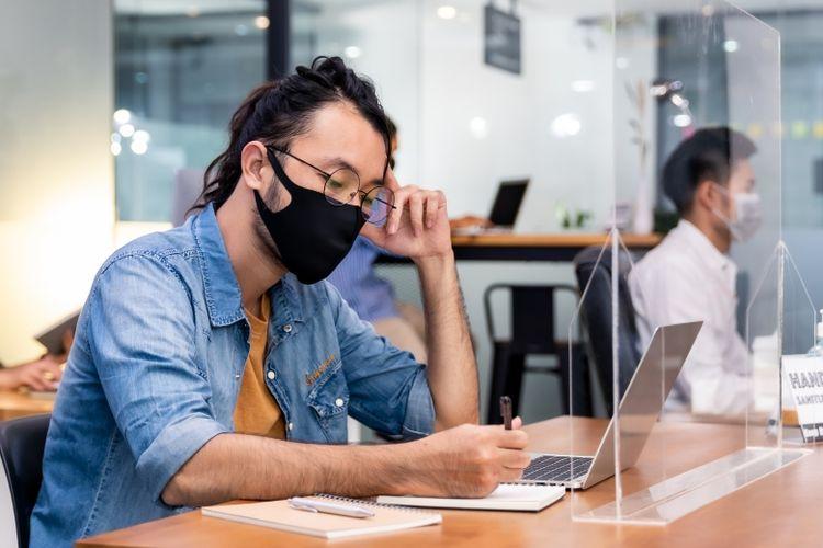 Ilustrasi penerapan kebiasaan memakai masker, mencuci tangan, dan menjaga jarak (3M) di lingkungan kantor (Dok. Shutterstock)