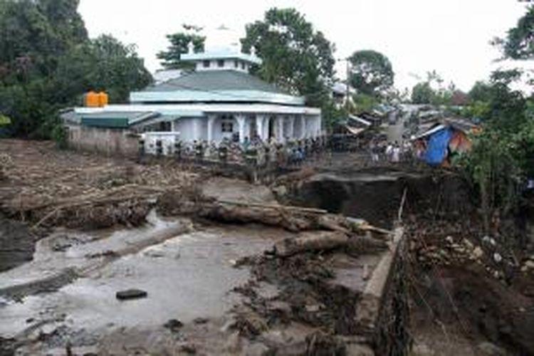 Sebuah jembatan di desa Tosuraya, Kecamatan Ratahan, Kabupaten Minahasa Tenggara, Sulut putus diterjang banjir bandang.