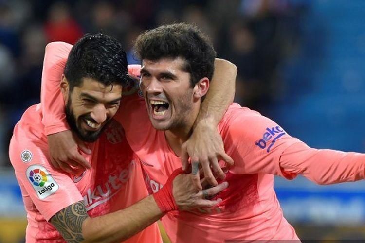 Luis Suarez berselebrasi bersama gelandang Carles Alena setelah mencetak gol dalam kemenangan 2-0 yang diraih di laga Deportivo Alaves vs Barcelona, 23 April 2019.