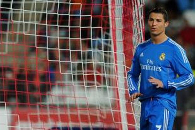 Ekspresi bintang Real Madrid, Cristiano Ronaldo, seusai membobol gawang Almeria dalam lanjutan Liga BBVA, Sabtu (23/11/2013).